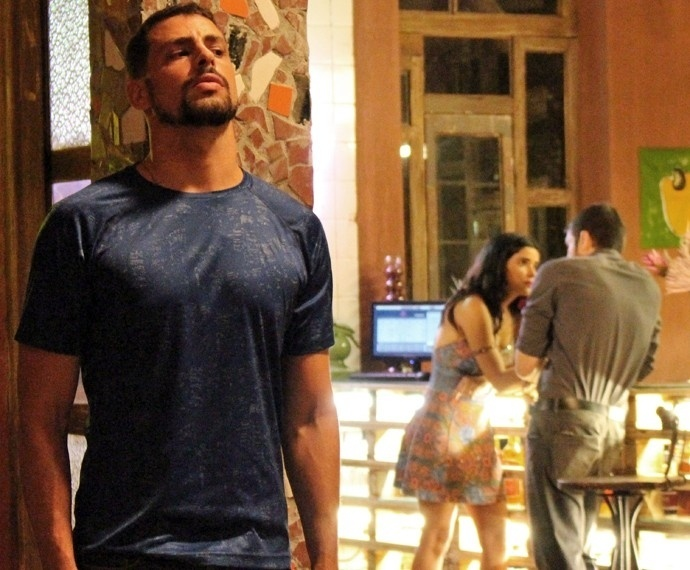 Juliano (Cauã Reymond) flagra Tóia (Vanessa Giácomo) e Dante (Marco Pigossi) em