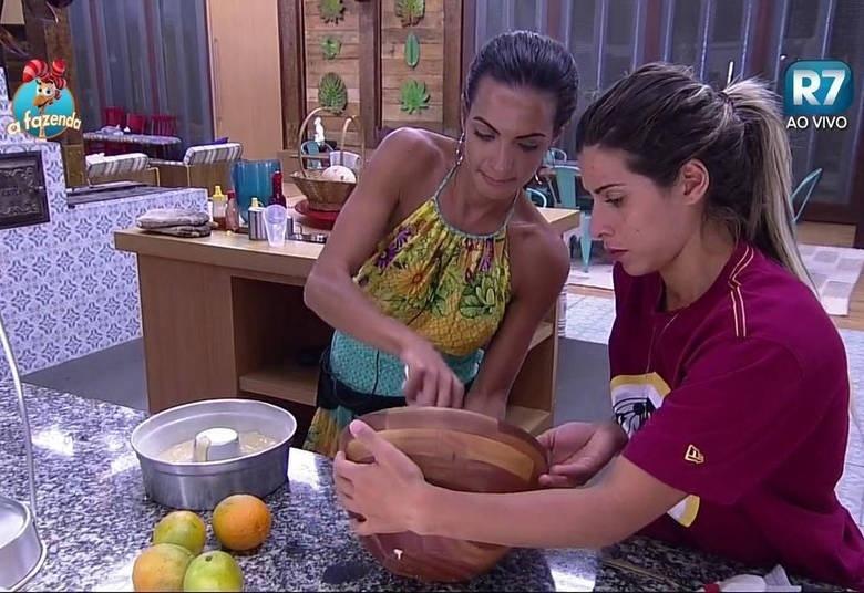 29.out.2015 - Carla Prata e Ana Paula Minerato preparam bolo de laranja após o almoço