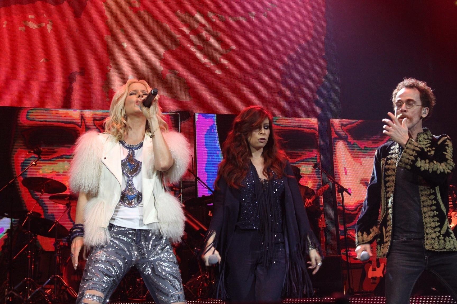 15.mar.2016 - Paula Toller, Pitty e Nando Reis cantam juntos em premiere de projeto que tocam juntos em parceria com a Nívea para celebrar o rock brasileiro
