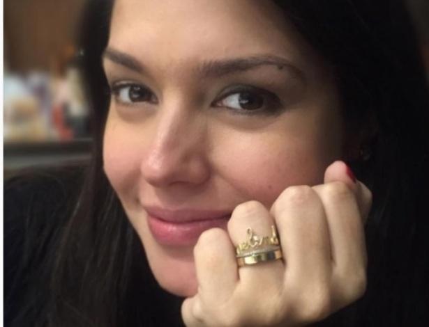 24.mai.2016- Grávida da primeira filha, Thaís Fersoza mostra anel com o nome da herdeira, que ganhou de Michel Teló.