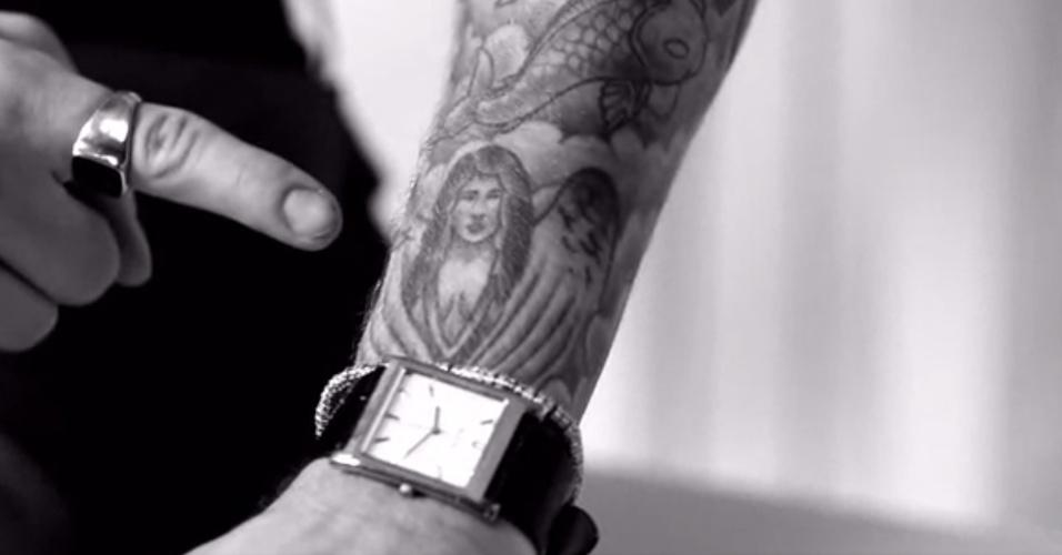 Em vídeo, Justin Bieber conta que tentou apagar tatuagem com rosto de Selena Gomez