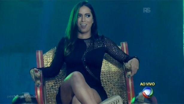 Anitta é carregada em cadeira ao entrar no programa