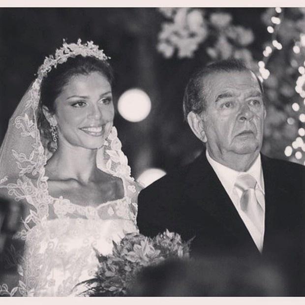 28.abr.2016 - Grazi Massafera prestou uma homenagem ao ator Umberto Magnani nesta quinta-feira(28). Ele morreu na quarta-feira após sofrer um AVC.