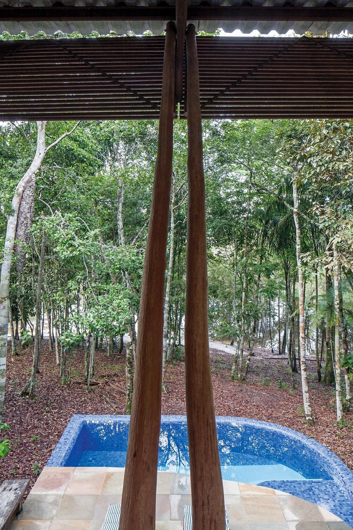 A vista do mirante, no pavimento superior da casa do Sítio Passarim, inclui a piscina revestida de pastilhas (Jatobá). O piso no entorno do tanque é de pedra quartzito, a mesma que reveste todo o térreo. O projeto da residência é do arquiteto Roberto Moita