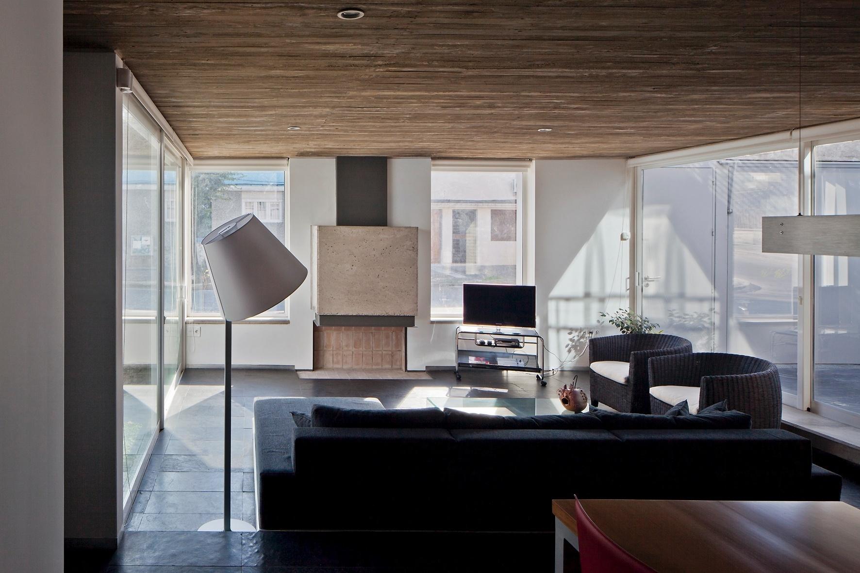 Com lareira e TV, o estar é superiluminado pelas generosas janelas e pelas portas de correr laterais, que dão acesso a um pátio e à garagem. A casa Ibiray é um projeto dos arquitetos uruguaios Lucho Oreggioni e Sonia Prieto