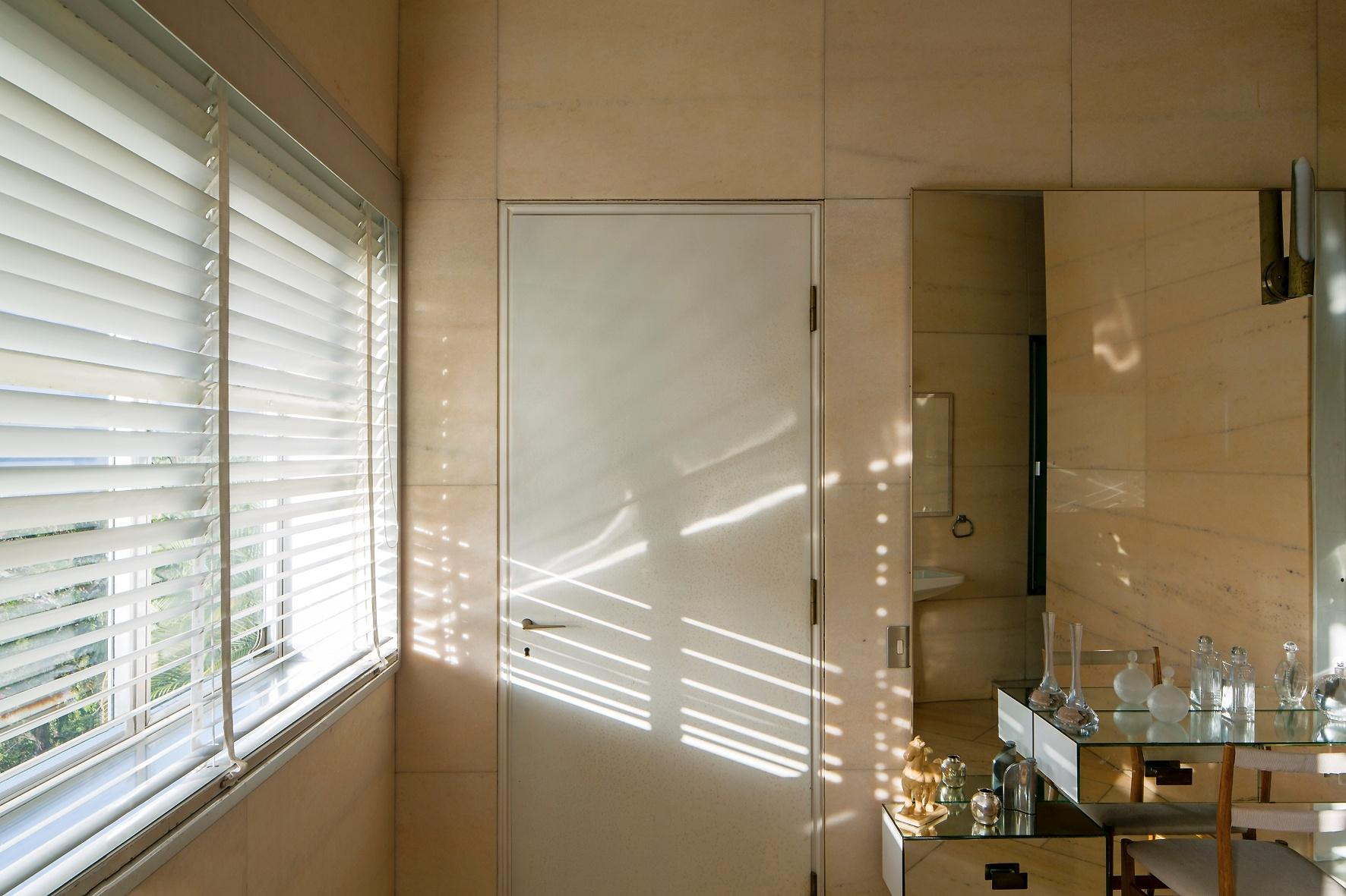 O arquiteto italiano Gio Ponti desenhou praticamente tudo o que há na Villa Planchart. A casa, localizada em Caracas, na Venezuela, foi projetada nos anos 1950 para um rico casal amante de artes e com materiais diversos e luxuosos. Na foto, um dos banheiros da residência, todo revestido com mármore, e com uma penteadeira espelhada