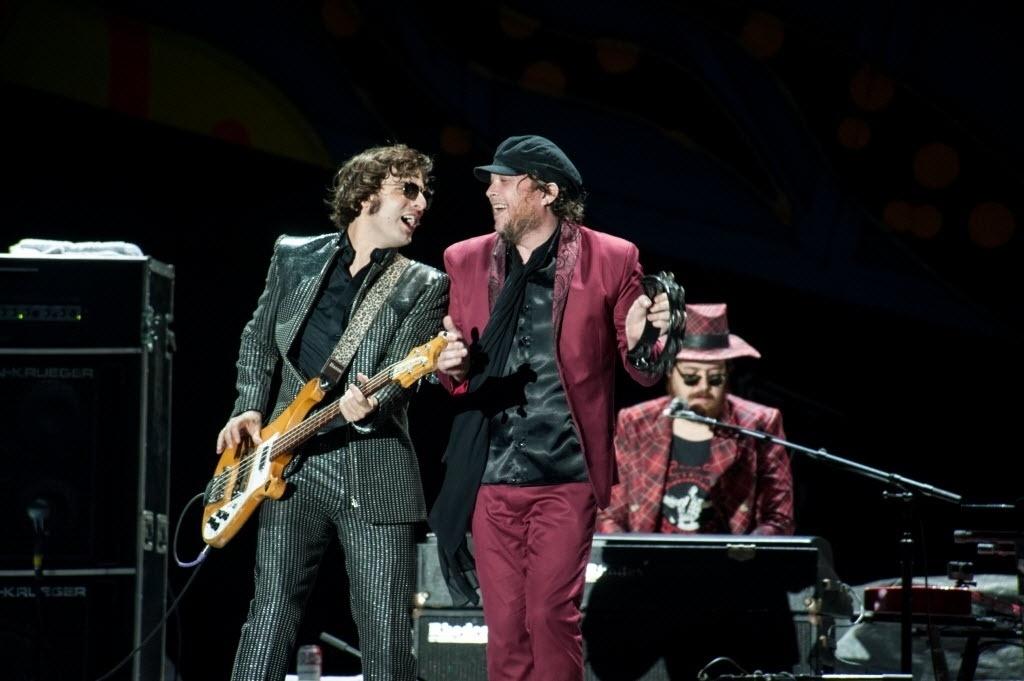2.mar.2016 - Banda gaúcha Cachorro Grande abre para os Rolling Stones em Porto Alegre, no estádio Beira Rio