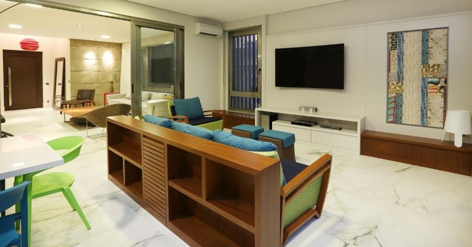 Sala De Estar Tem Tv ~ ambiente que integra as salas de almoço e TV tem tom descontraído