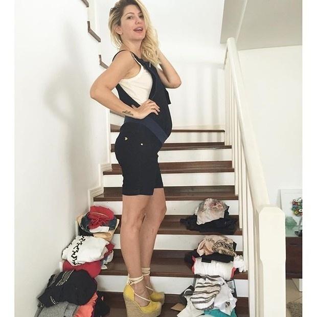 23.mar.2016- No quinto mês de gravidez, Antônia Fontenelle está tranquila com relação ao seu figurino nos próximos meses. Nesta quarta-feira (23), a apresentadora posou cercada de roupas de gestante que ela ganhou de presente de uma loja de moda feminina.