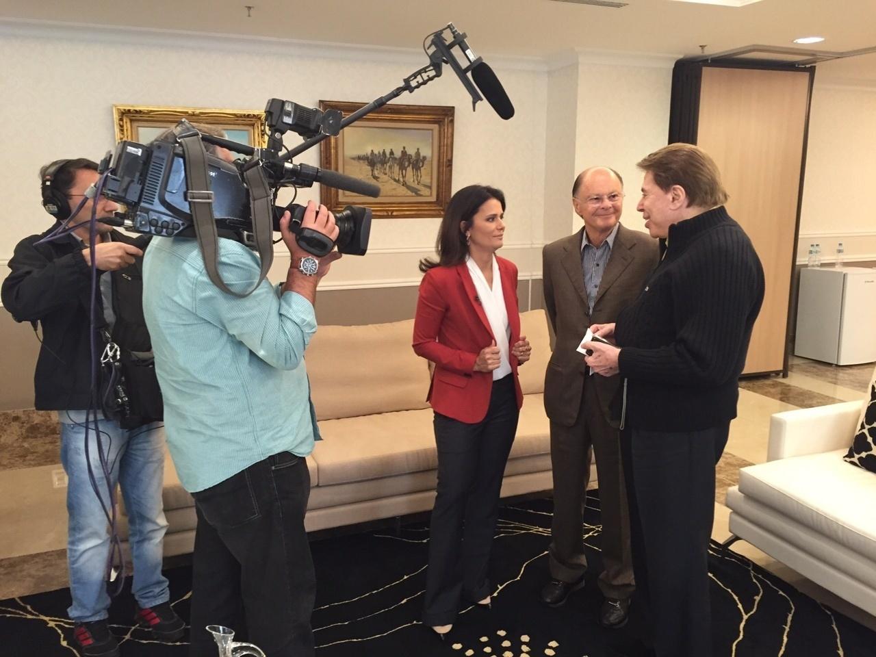 Jornalista Adriana Araújo entrevista Silvio Santos e Edir Macedo durante visita ao Templo de Salomão