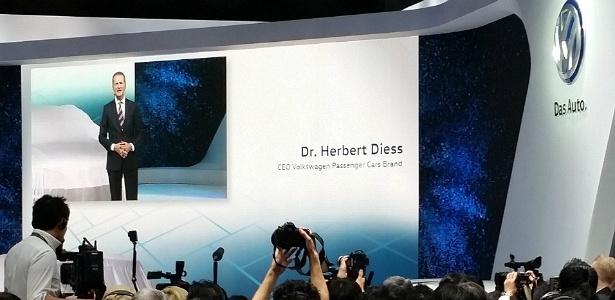 Herbert Diess, presidente-executivo da Volkswagen Japão, fala constrangido com jornalistas enquanto apresenta o Novo Tiguan Elétrico