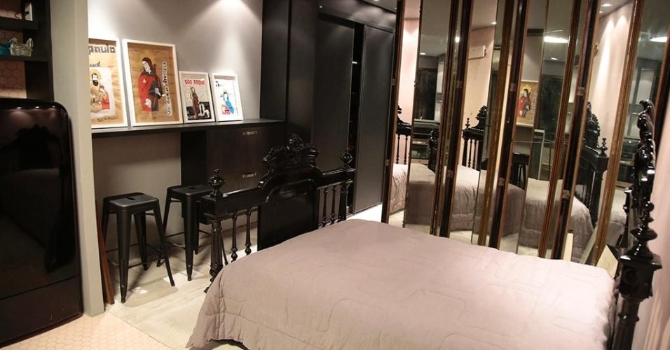 Com espaços integrados, o apartamento projetado por Diogo Viana tem interiores que combinam o antigo e o moderno. No compacto quarto do casal, chama a atenção a cama barroca da década de 40, o biombo espelhado (ao fundo) e o uso do preto, atenuado pelo cinza e pelo rosa pastel