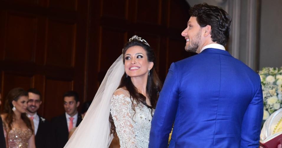 4.set.2016 - Kamilla Salgado e Eliéser Ambrósio sorriem depois de se casarem em cerimônia religiosa na capela da PUC-SP. Os ex-BBBs se conheceram na 13ª edição do reality show