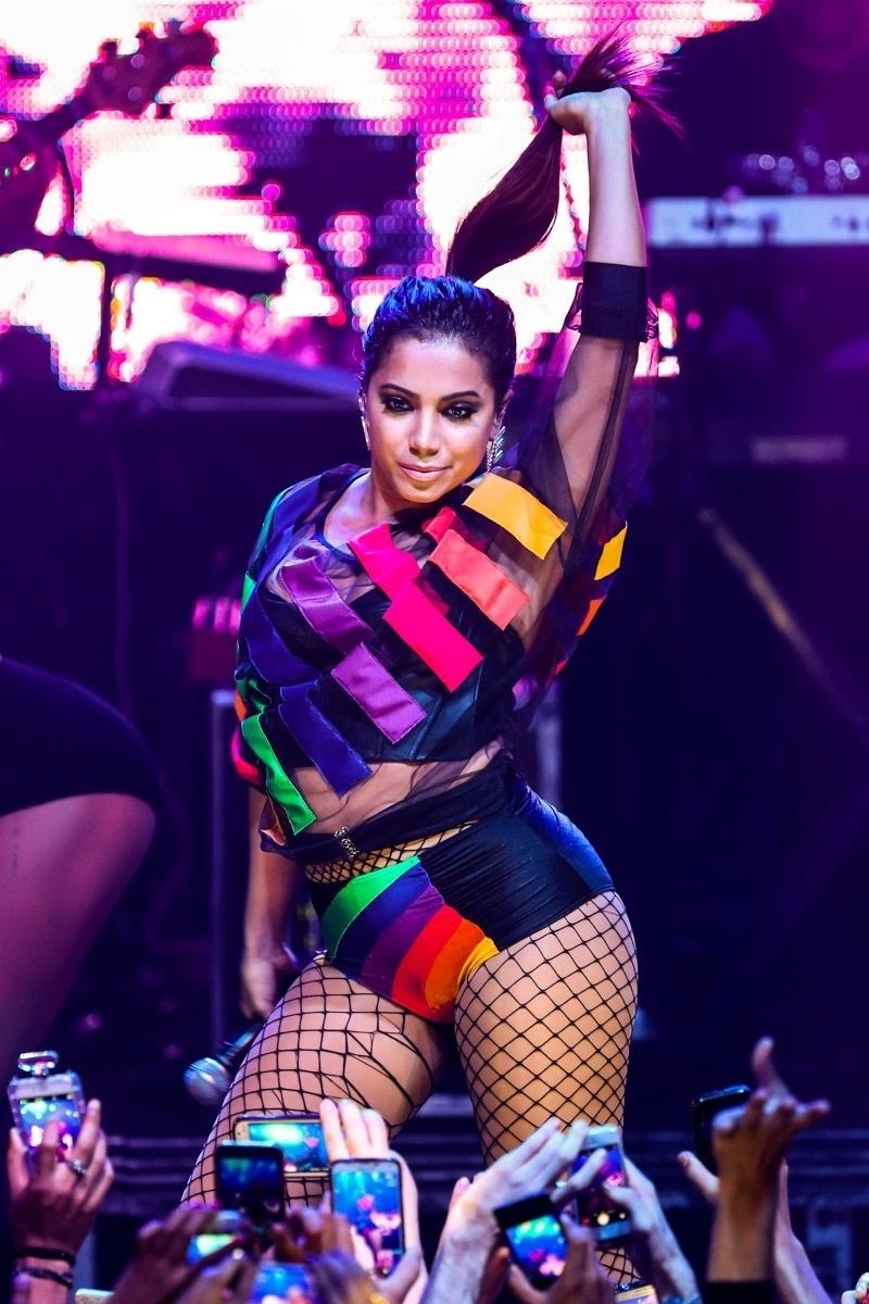 19.jun.2015 - Anitta sensualiza em show em festa LGBT na Barra Funda, zona oeste de São Paulo, na noite desta sexta-feira