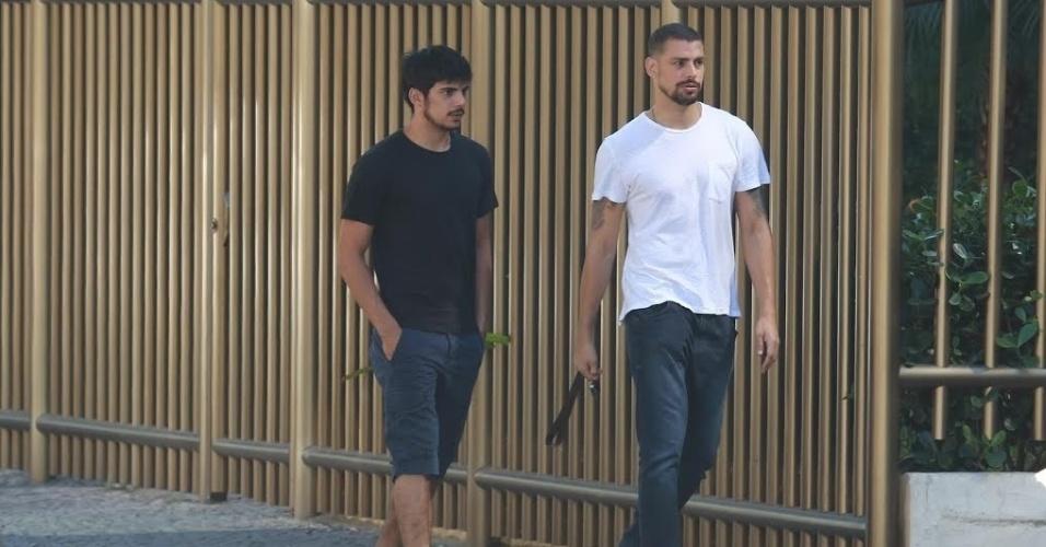Na manhã desta segunda-feira, Cauã Reymond foi fotografado caminhando ao lado do irmão, Pável, nas ruas da Barra da Tijuca, Zona Oeste do Rio. Com estilos parecidos, os dois usavam looks básicos: camisetas lisas e chinelo