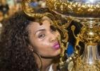 Valeska Reis, rainha de bateria da Império de Casa Verde, beija taça de campeã