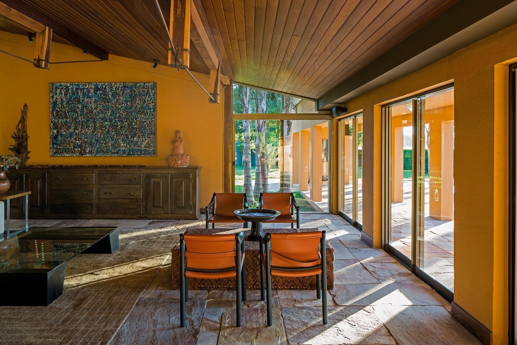 #B54E0C Salas de estar: sugestões para quem tem muito ou pouco espaço BOL  1772x1181 píxeis em Decoração Sala De Estar Com Escada