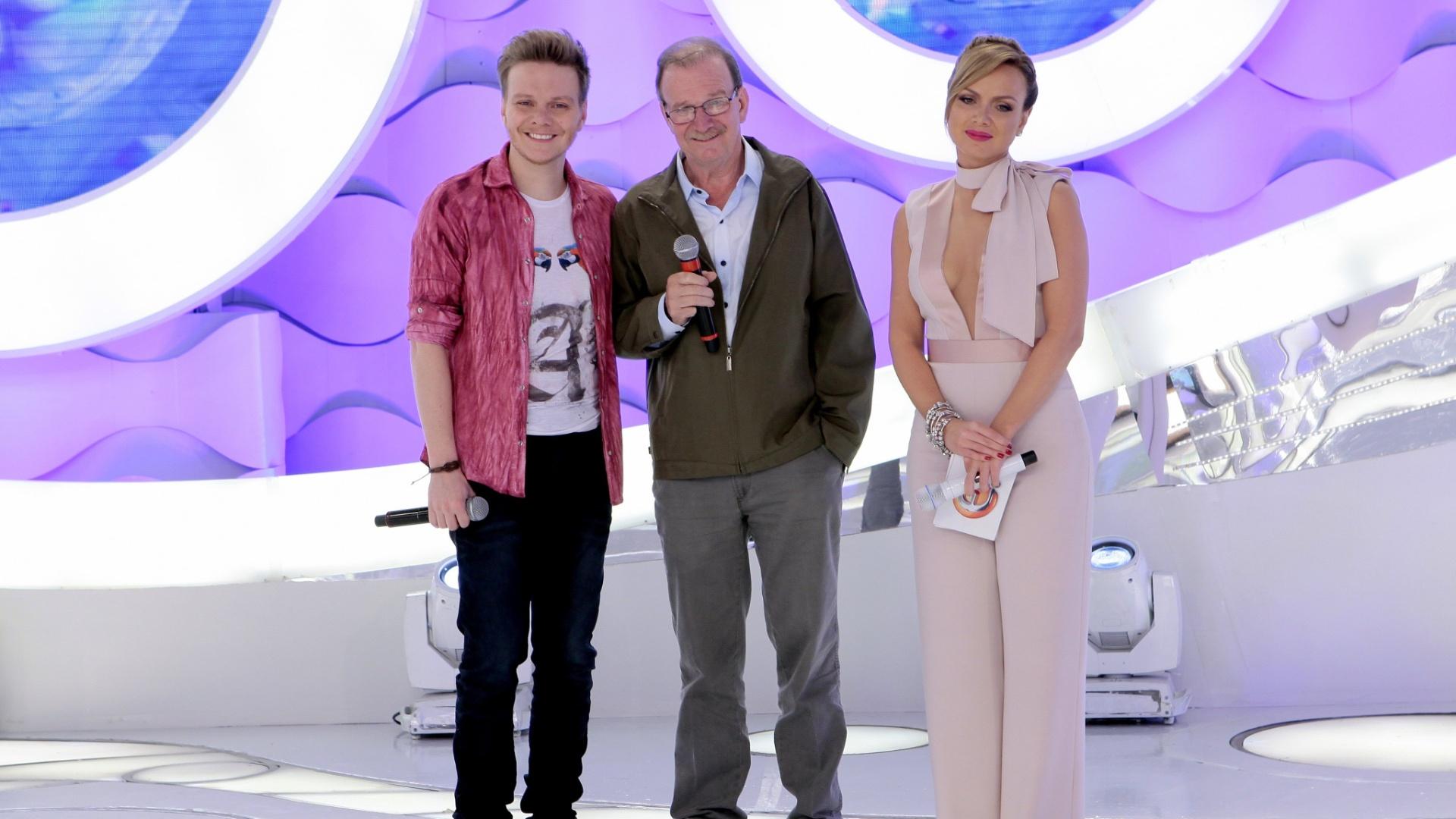 Eliana recebe Michel Teló no palco do SBT. O artista será alvo de uma homenagem, com depoimentos de familiares e amigos. O pai do cantor, Aldoir Teló, também participa do programa