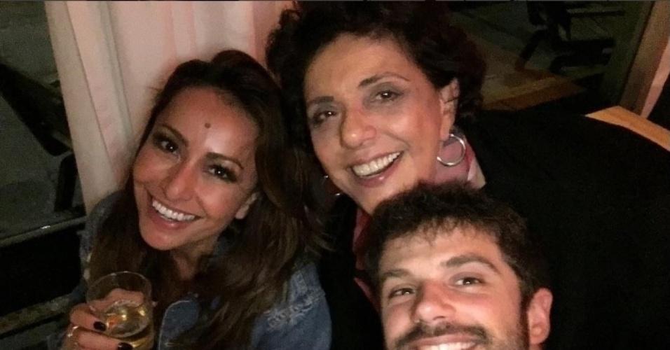 17.mar.2016 - Duda Nagle comemorou seu aniversário de 33 anos em grande estilo. Na madrugada desta terça-feira, o ator postou uma foto no Instagram em que aparece tomando cerveja ao lado da mãe, a apresentadora Leda Nagle, e a namorada, Sabrina Sato