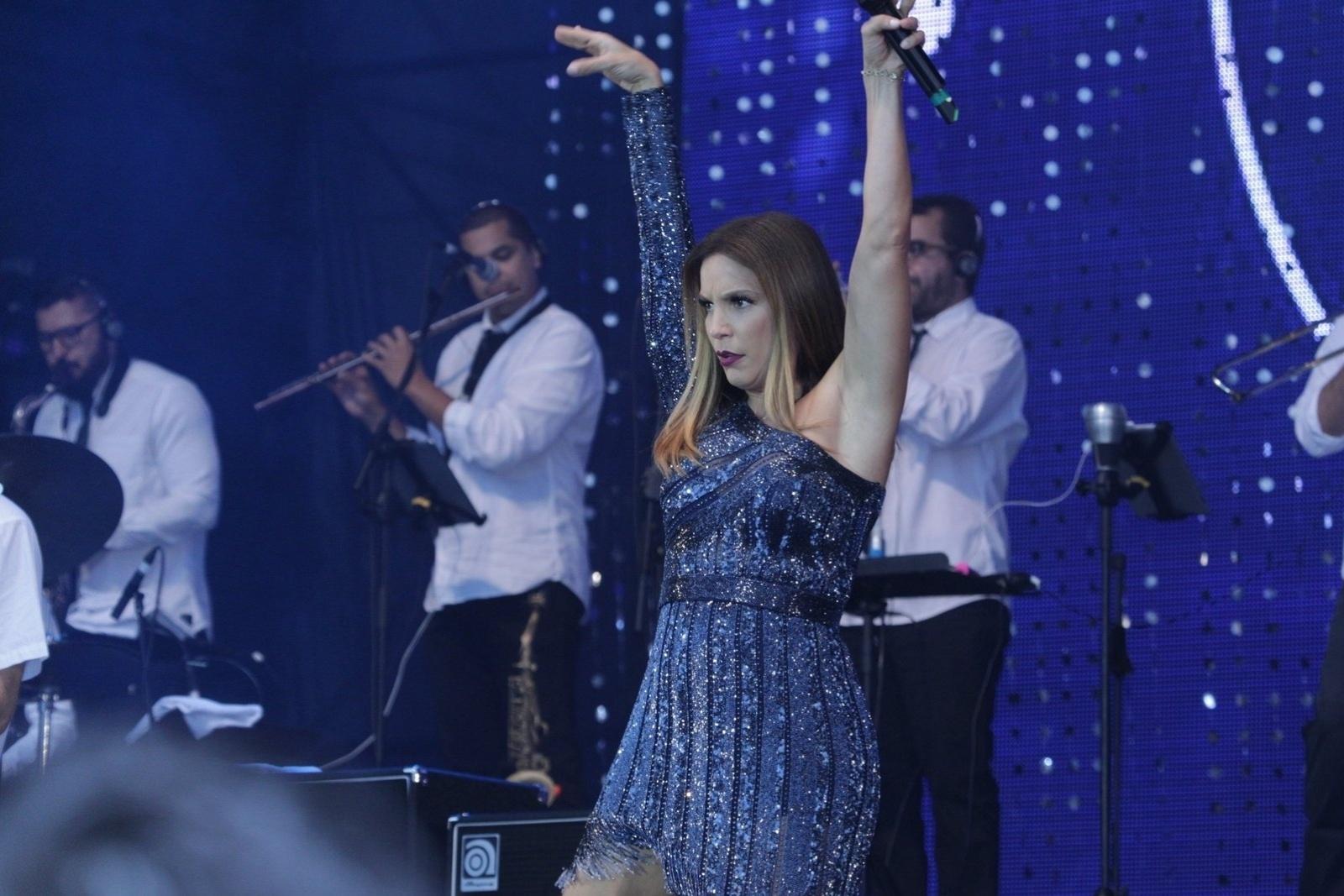 21.jun.2015- Ivete faz graça no palco montado na praia de Copacabana em show
