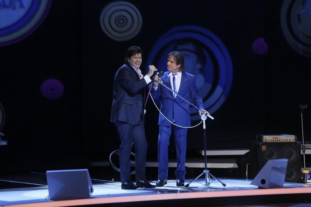 7.nov.2015 - Roberto Carlos canta com Paulo Ricardo, do RPM, durante as gravações de seu especial no Teatro Municipal, no Rio de Janeiro