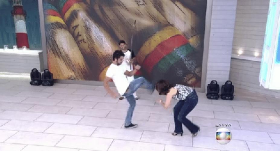 26.nov.2015 - Sem constrangimento, a apresentadora Fátima Bernardes pediu para que o ator Rodrigo Simas a ensinasse alguns passos de capoeira, mas acabou se desequilibrando e levando um tombo no meio da brincadeira, ao vivo, durante o