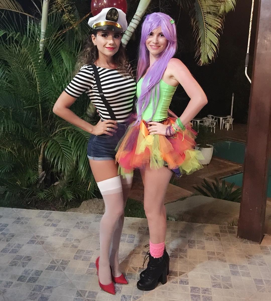 6.fev.2016 - Fantasiada de marinheira, Paula Fernandes ousou na sensualidade, com shortinho, suspensórios e meia 3/4. A cantora publicou uma foto ao lado da prima, Cíntia, curtindo o Carnaval na chácara da família