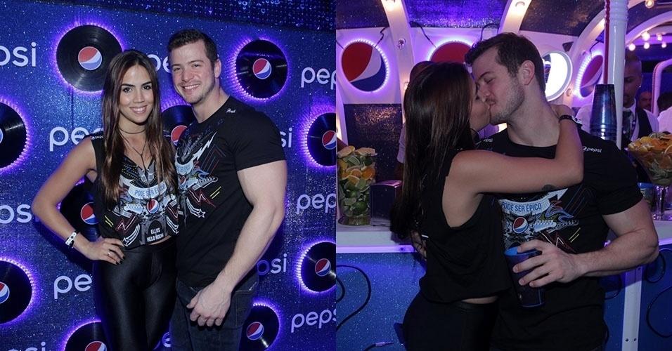 25.set.2015 - Pérola Faria beija o namorado, o médico Vinicio Alba, no quinto dia de shows do Rock in Rio 2015