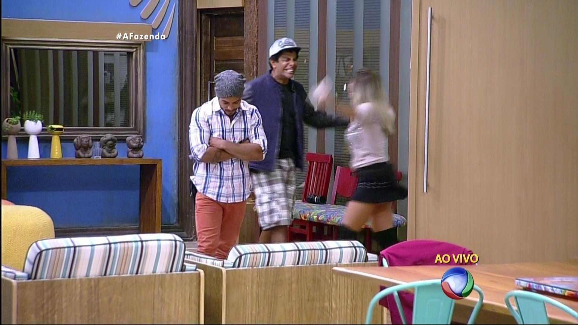 5.dez.2015 - Luka Ribeiro não escondeu a alegria ao ver Ana Paula entrar na casa sede