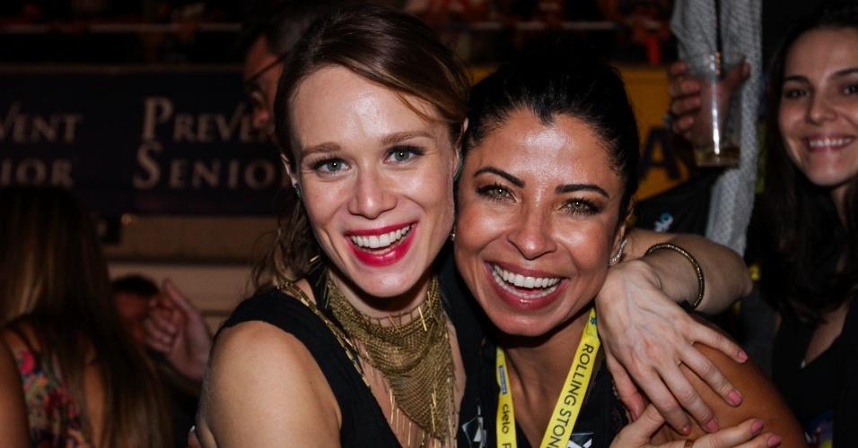 20.fev.2016 - Mariana Ximenes abraça Ana Lima durante show dos Rolling Stones no Maracanã, no Rio