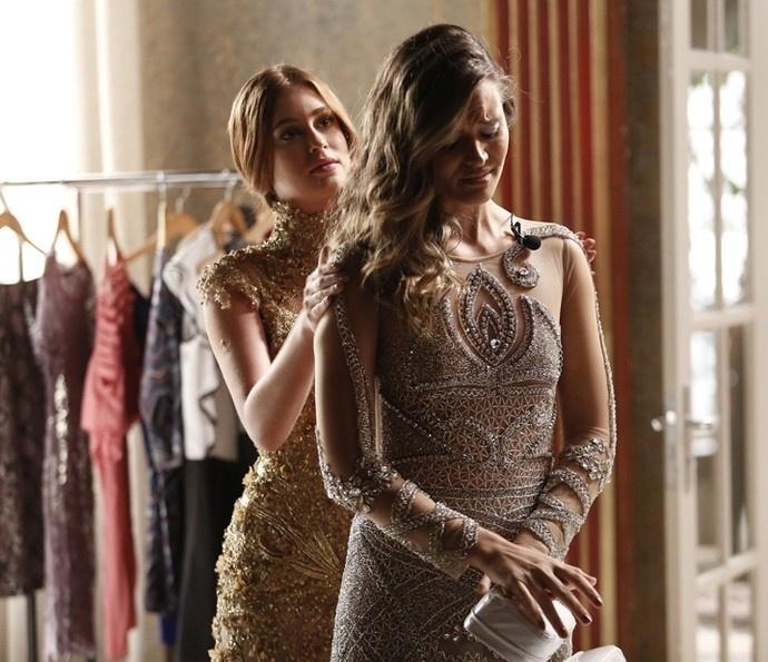 Eliza (Marina Ruy Barbosa) e Cassandra (Juliana Paiva) no concurso
