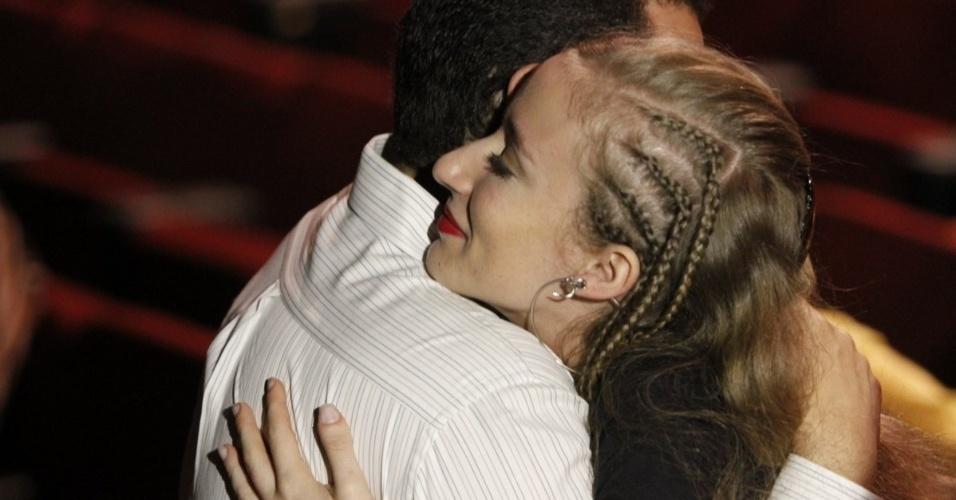 17.ago.2016 - Sobrinha de Elke Maravilha recebe os cumprimentos no velório que ocorre nesta quarta-feira (17) no teatro Carlos Gomes, no centro do Rio de Janeiro