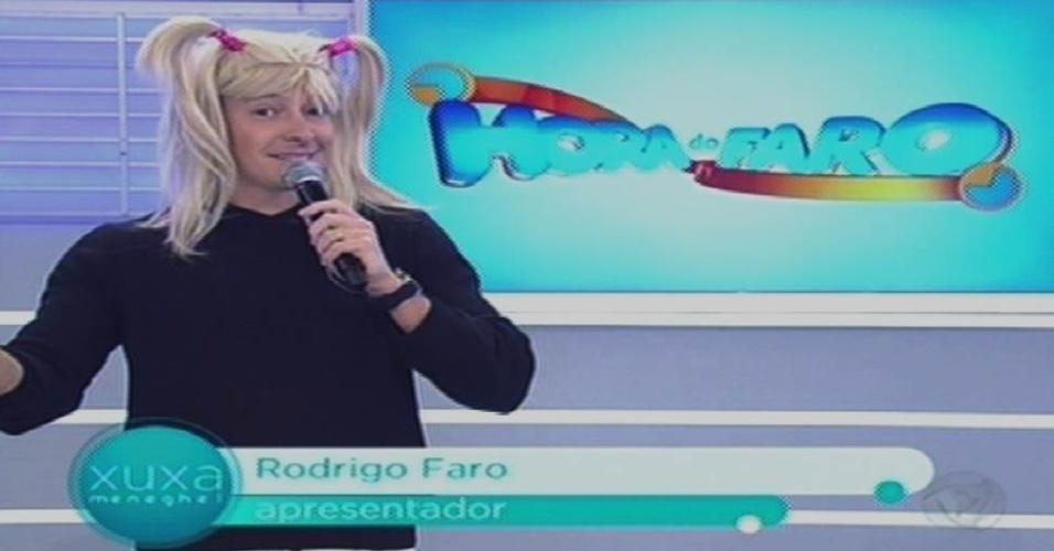 17.ago.2015 - Com peruca de paquita, Rodrigo Faro deseja sorte para Xuxa na estreia do programa