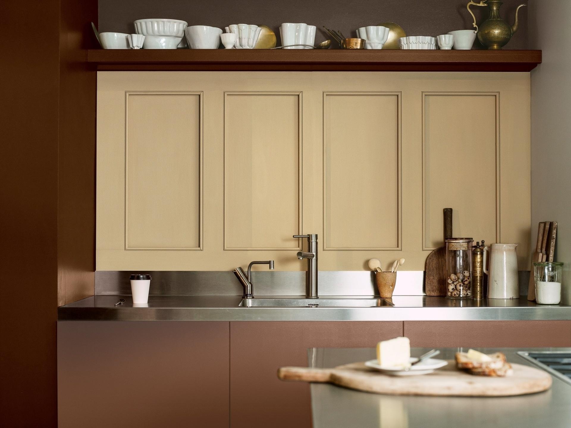 A combinação dos terrosos e beges, quando bem pensada, foge à monotonia. Um exemplo é essa cozinha pintada com cores da paleta 2016
