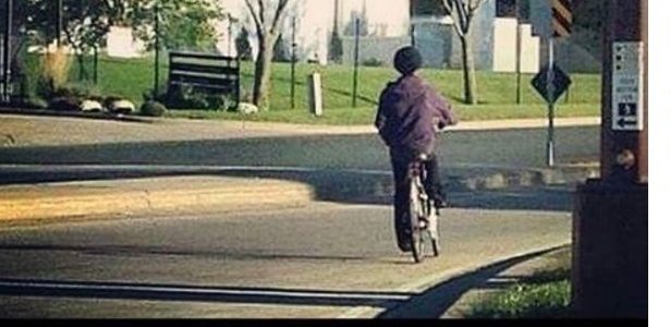 Prince anda de bicicleta três dias antes de sua morte pelas ruas de Paisley Park