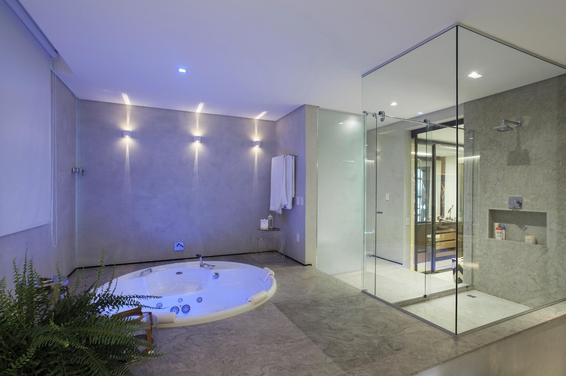 banheiro da suíte máster fica um nível acima do quarto e tem  #41588A 1920x1278 Banheiro Azulejo Ate O Teto
