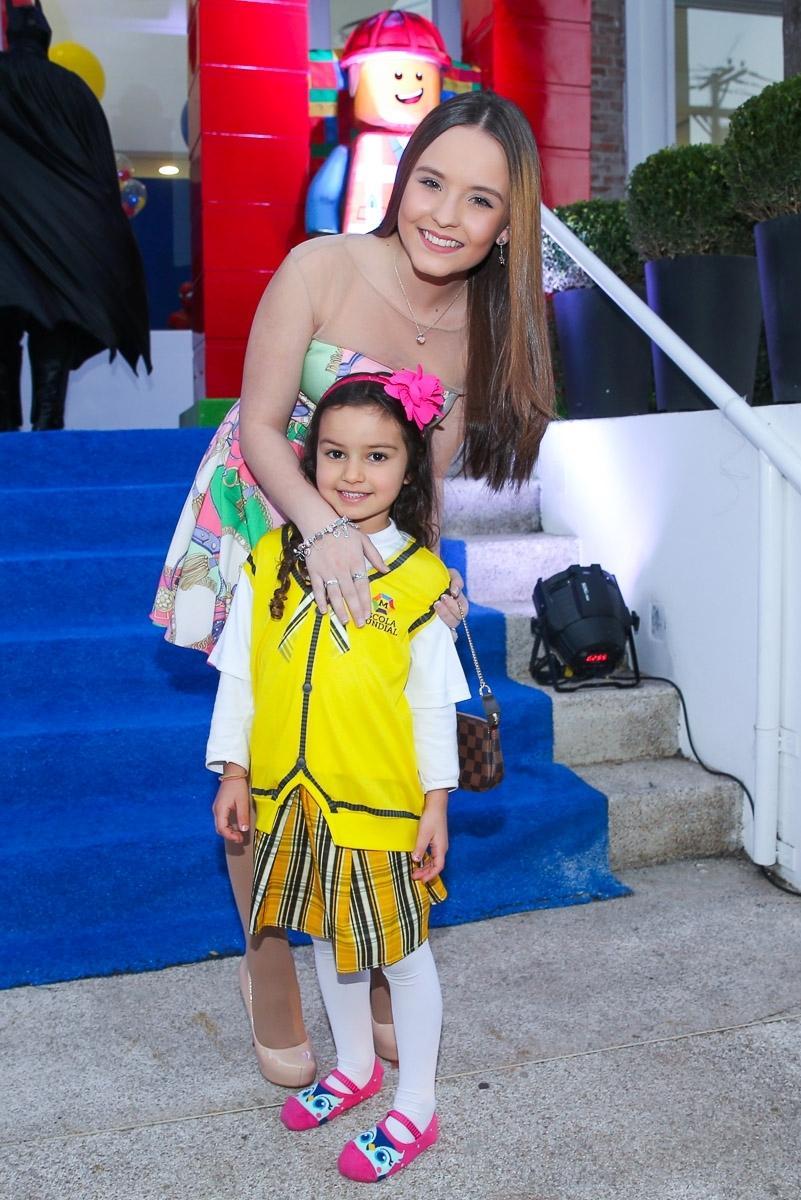13.ago.2016 - Larissa Manoela posa com Laura Belém, neta de Fafá de Belém, que foi a festa de 5 anos Arthur com uma fantasia da novela Carrossel