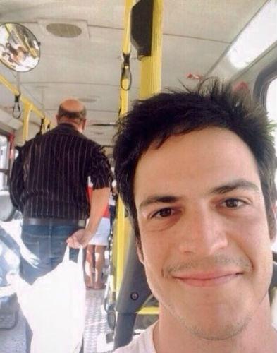 2.jul.2015 - Mateus Solano anda de ônibus, mas reclama da qualidade do transporte público