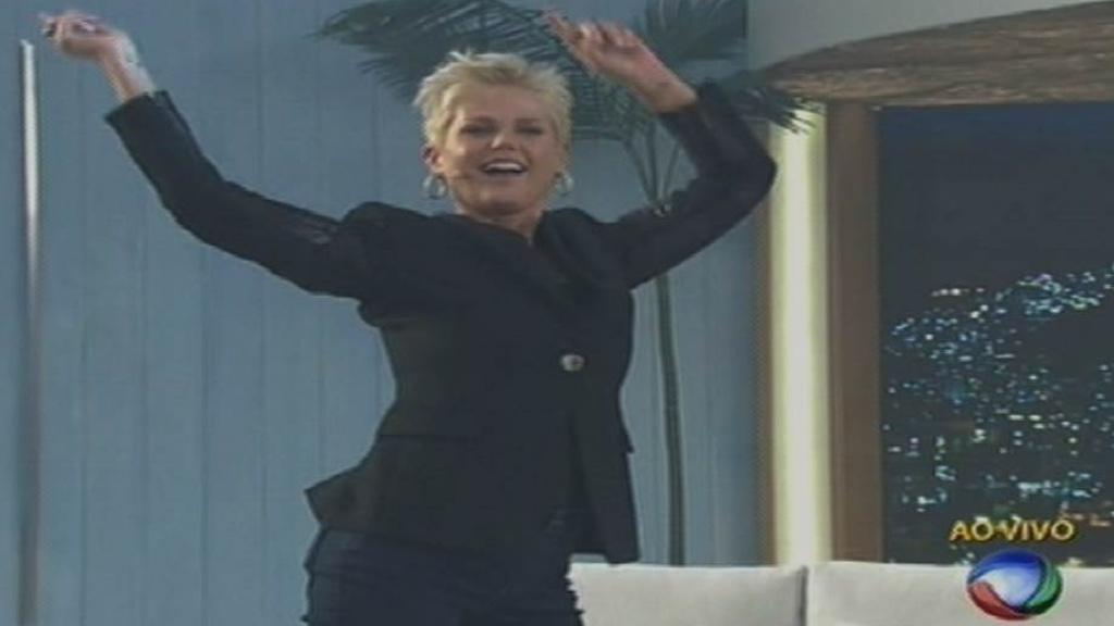17.ago.2015 - Xuxa rebola e dança pelo cenário de seu novo programa na estreia na Record.
