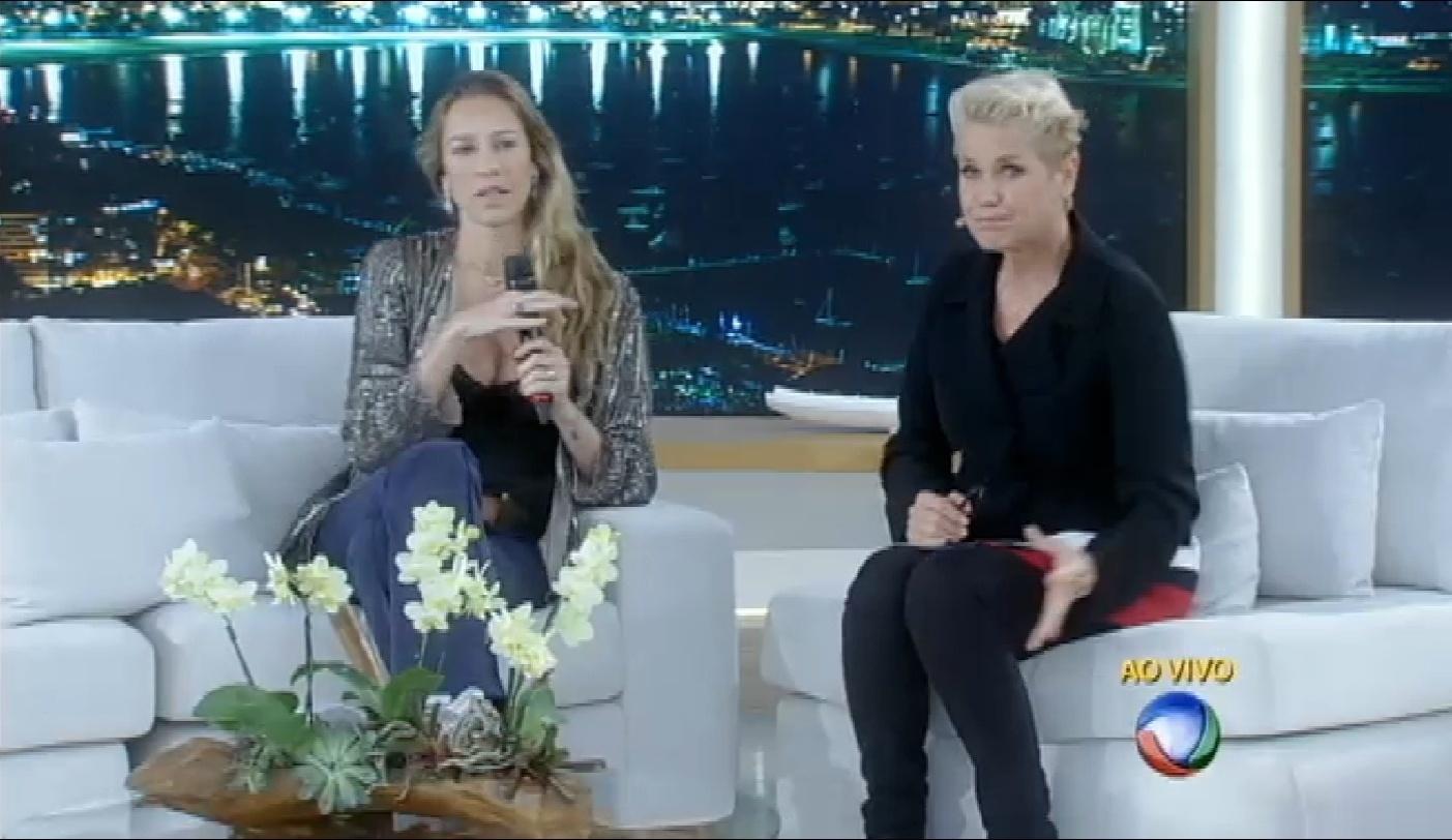 9.nov.2015 - Em seu programa, Xuxa conversa com Luana Piovani sobre as formas de se lidar com as críticas nas redes sociais