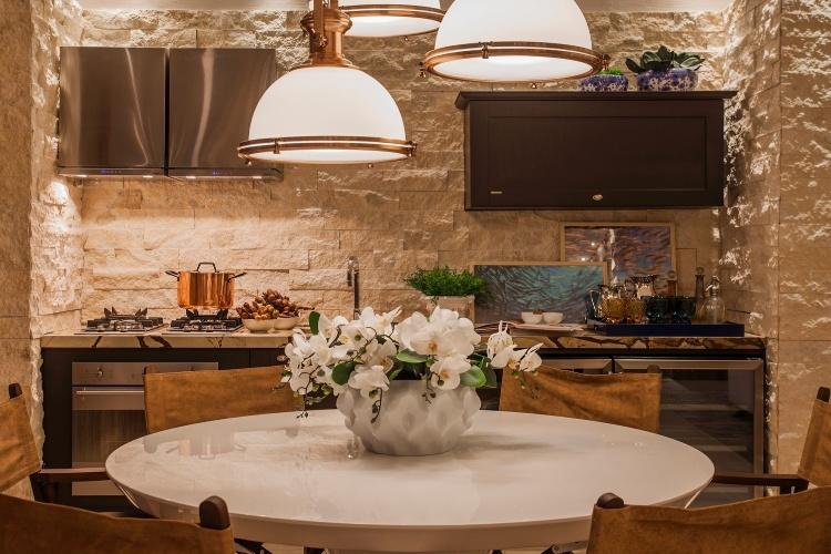 decoracao cozinha de praia:Integrada à cozinha, a sala de jantar da Casa de Praia tem mesa