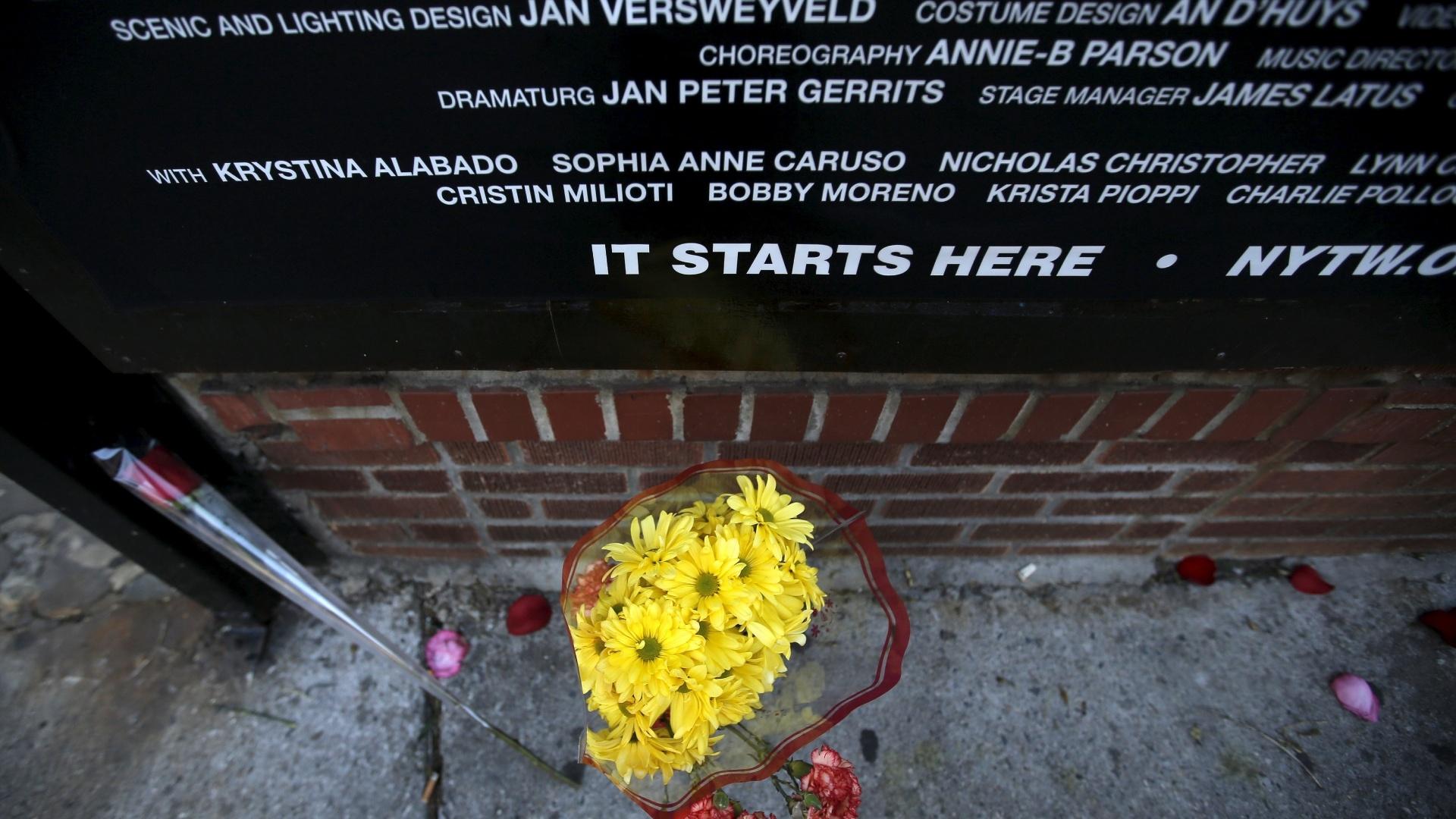 11.jan.2016 - Um buquê de flores é deixado por um fã de David Bowie debaixo da maquise de um teatro em Nova York onde estreou o musica