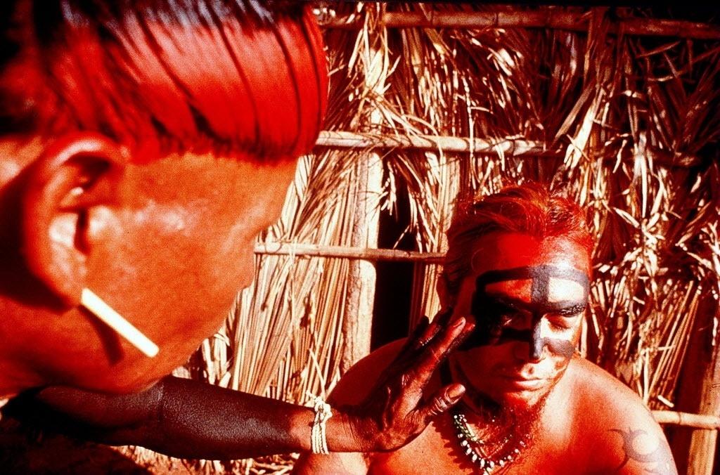 Nov.1995: Ex-vocalista do Sepultura, Max Cavalera, é pintado por índio xavante