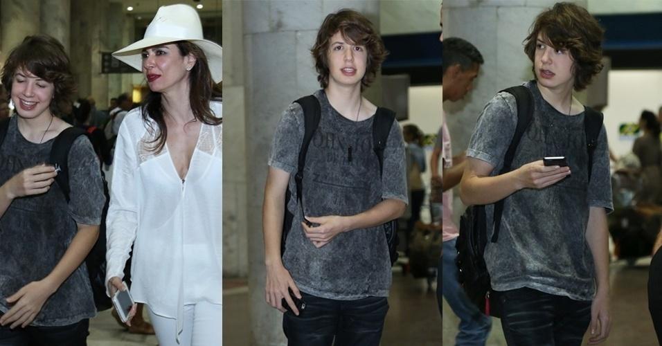 20.fev.2016 - Lucas Jagger, filho de Mick Jagger e Luciana Gimenez, desembarcou acompanhado da mãe no Rio de Janeiro na noite dessa sexta-feira (19). Os dois foram assistir ao show do Rolling Stone