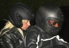Lady Gaga pega carona na moto do ator Bradley Cooper após jantar - AKM-GSI