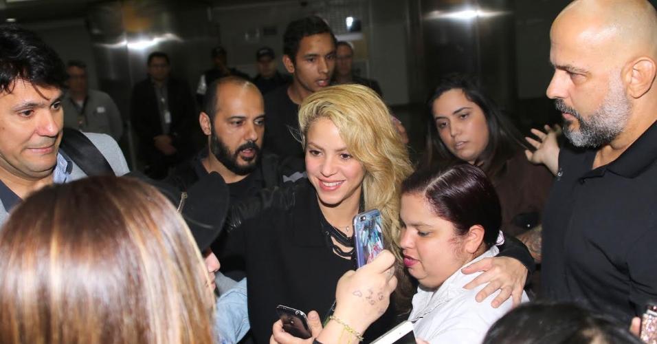 6.dez.2016 - Shakira foi cercada por fãs ao desembarcar no aeroporto internacional de Guarulhos, em São Paulo, na madrugada desta terça-feira (6).