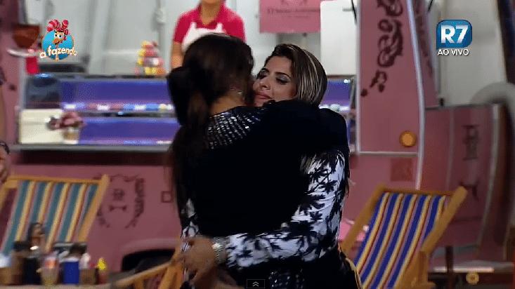 13.nov.2015 - Mara Maravilha se despediu de Ana Paula Minerato após ouvir o berrante que indica que os moradores da baia precisam se retirar da festa