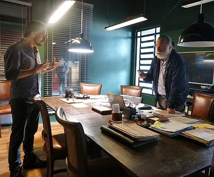 Guerra (Maksin Oliveira) promete a Zé Maria (Tony Ramos) que vai recuperar documentos para a facção