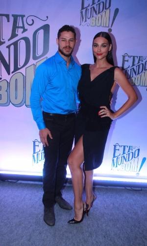 Acompanhada do marido, José Loreto, Débora Nascimento capricha na fenda na festa de lançamento de