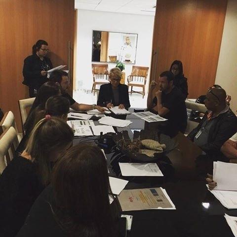 17.ago.2015- Xuxa se reúne com a equipe de seu programa antes da estreia